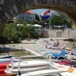 5_korcula_pogled_kroz_tunel_prema_plazi